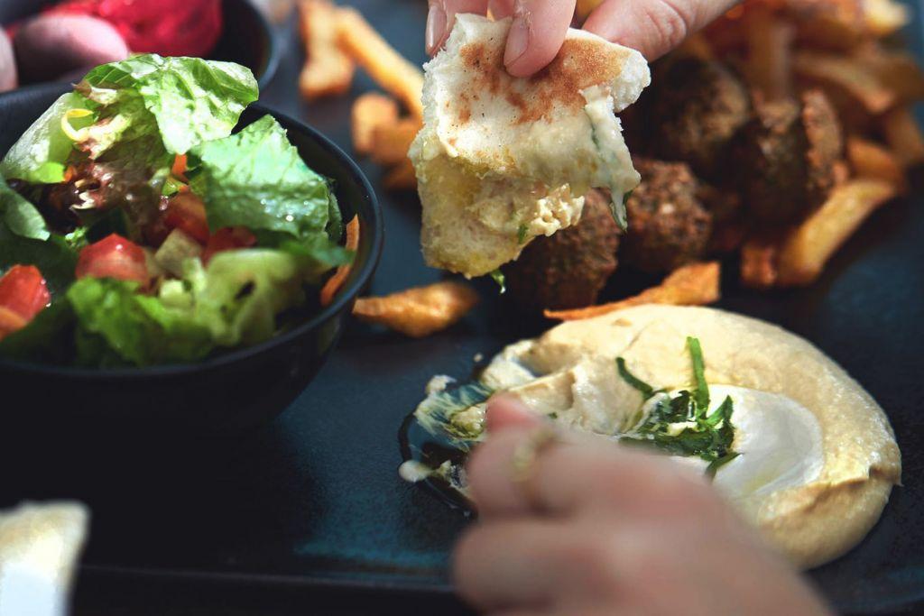 Geheimtipp Tipp Koeln Hummus Restaurant Essen gehen Wochenende Draußen sitzen Israel